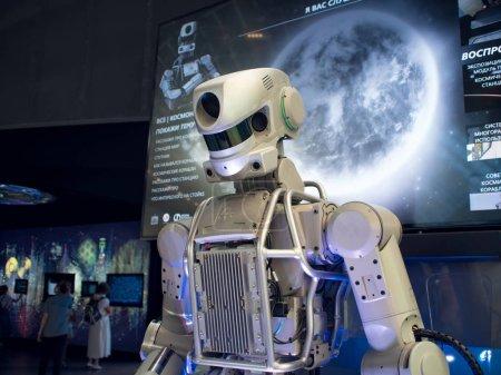 Photo pour Moscou, Russie - 11 août 2018: Espace Vdnh pavillon. Robot Android, reconnaît les discours et parle - image libre de droit