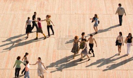 Foto de Moscú, Rusia - 20 de junio de 2009: Lección de danza al aire libre. Remolino de gente y la danza en el parque en verano - Imagen libre de derechos