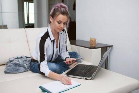 Photo pour Jeune femme étudiante ou entrepreneur le travail à domicile. Travail à distance, mode de vie moderne - image libre de droit