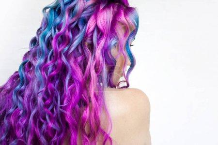 Photo pour Coloriage de cheveux multicolore saille, dégradé bleu violet et rose. Beaux cheveux, perm de cheveux - image libre de droit