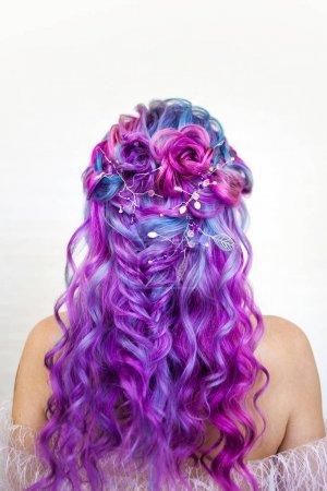 Foto de Elegante peinado de rizos en el pelo de color largo, peinado. Colorado brillante, concepto. Mujer joven con color de pelo brillante y audaz - Imagen libre de derechos