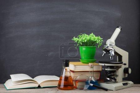 Photo pour Concept éducatif - livres et microscope sur le bureau de l'auditorium - image libre de droit