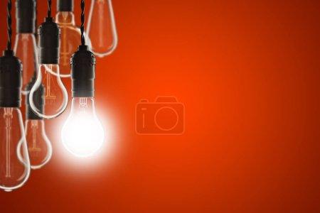 Foto de Concepto de idea y liderazgo - bulbos Vintage en el fondo de color - Imagen libre de derechos