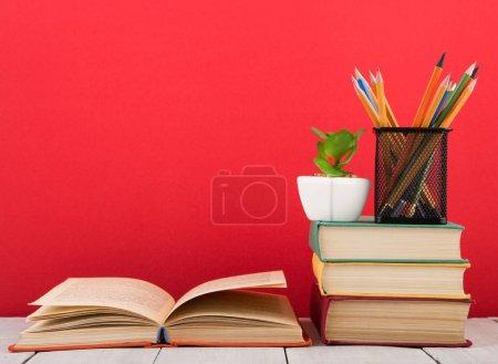 Photo pour Concept d'éducation et de la sagesse - livre ouvert sur fond de table en bois, rouge - image libre de droit