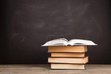 Photo pour Livres scolaires sur le bureau, concept éducatif - image libre de droit