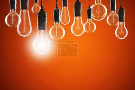 Photo pour Idée et concept de leadership - Ampoules vintage sur le fond de couleur - image libre de droit