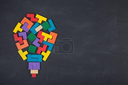 Foto de Concepto de la Idea creativa de negocio - bulbo compuesto de bloques de color de jigsaw en la pizarra - Imagen libre de derechos