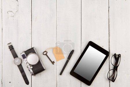 Photo pour Concept de voyage - ensemble de choses différentes avec appareil photo et d'autres choses sur table en bois - image libre de droit