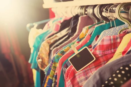 Photo pour Vêtements suspendus sur le rack dans le magasin de mode - image libre de droit