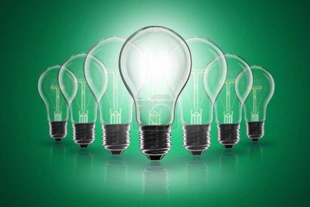 Photo pour Idée et concept de leadership - ampoule incandescente sur le fond de couleur - image libre de droit