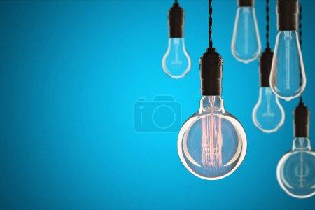Photo pour Idée et concept de leadership Ampoules incandescentes vintage de type Edison sur le mur de couleur - image libre de droit