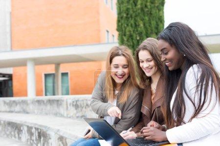 Photo pour Groupe multi ethnique jeunes étudiants étudiant sur le campus universitaire - image libre de droit