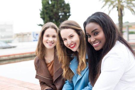 Photo pour Groupe de jeunes étudiants multiethniques sur le campus universitaire - image libre de droit