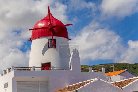 Photo pour Moulin à vent traditionnel sur Vila da Praia, île de Graciosa, Açores, Portugal - image libre de droit