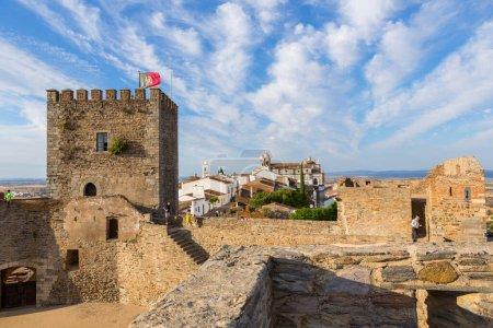 Photo pour MONSARAZ, PORTUGAL : Visiter le château médiéval et le village de Monsaraz. Une attraction touristique dans l'Alentejo, Portugal. Des murs de son château - image libre de droit
