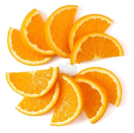 Photo pour Disposition orange de tranche de fruit d'isolement sur le plan rapproché blanc de fond. Fond de nourriture. Laïc plat, vue du haut. - image libre de droit