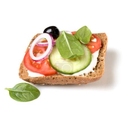 Photo pour Crostini sandwich à face ouverte isolé sur fond blanc gros plan. Canape végétarien avec tomate et concombre. Apéritif tartarine . - image libre de droit