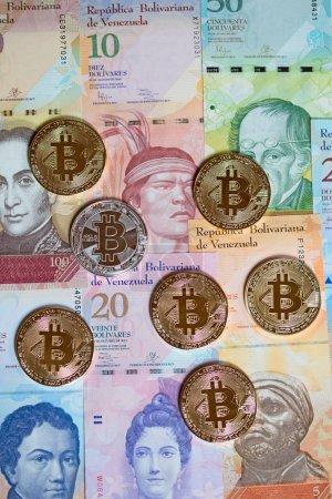 Photo pour Bitcoins sur le fond fait de monnaie Venezuela - image libre de droit