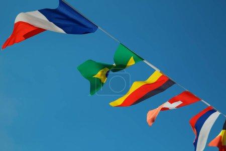 Photo pour Collection des drapeaux des nations de football dans le ciel bleu - image libre de droit