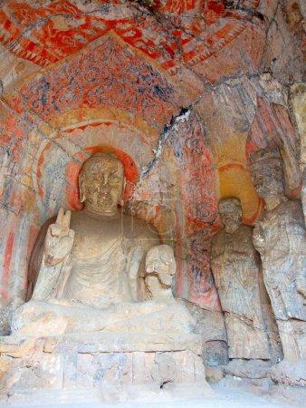 Photo pour Grottes Longmen célèbres (statues de Bouddha et Bodhisattvas sculptées dans la roche monolithe près de Luoyang dans la province de Hennn, en Chine ) - image libre de droit