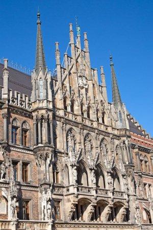 Photo pour Place principale de Munich, Allemagne - Marienplatz (Place Mariale). Les anciennes et nouvelles mairies, la colonne mariale, l'église Frauenkirche et la fontaine Fish forment ensemble un style architectural unique de la place. - image libre de droit