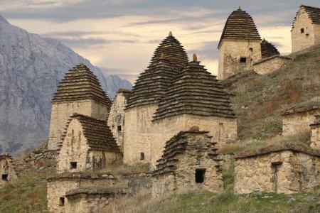 """Photo pour La destination touristique la plus populaire en Ossétie du Nord est la """"Ville des morts"""" à Dargavs. Caucase, Russi - image libre de droit"""