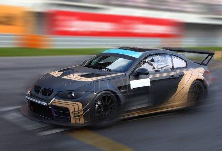 Photo pour Voiture de course à grande vitesse de course sur piste de vitesse avec le flou de mouvement - image libre de droit
