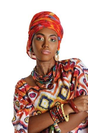 Photo pour Portrait d'une jeune et belle femme noire afro-américaine dans les vêtements africains nationaux isolés sur un fond blanc - image libre de droit