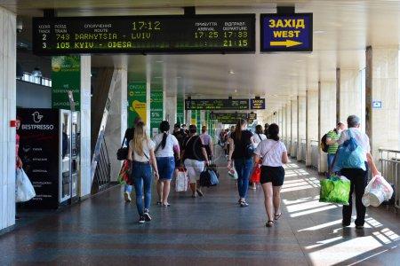 Photo pour Kiev, Ukraine - 21 juillet 2020 : Éclosion de coronavirus à Kiev, la capitale de l'Ukraine : les passagers marchent le long de la gare centrale avec des masques protecteurs. - image libre de droit