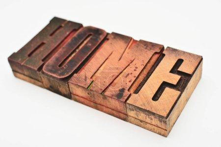 """Photo pour Le mot """"maison"""" fait de lettres typographiques en bois. - image libre de droit"""