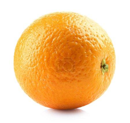 fruits frais orange mûrs isolés sur fond blanc