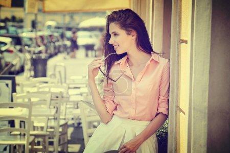 Photo pour Gros plan mode femme portrait de jeune fille assez branchée, posant à la ville en Europe, mode de rue de l'été, souriant portrait. - image libre de droit