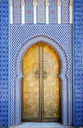 Photo pour Fès au Maroc. Porte d'entrée avec porte de mosaïque et de laiton au Palais Royal - image libre de droit
