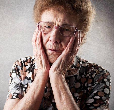 Photo pour Vieille femme de portrait. Femelle adulte triste. Grand-mère - image libre de droit