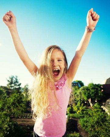 Foto de Niño en verano. Chica feliz al aire libre contra el cielo - Imagen libre de derechos