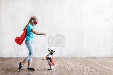 Photo pour Petit héros avec un chien en studio - image libre de droit