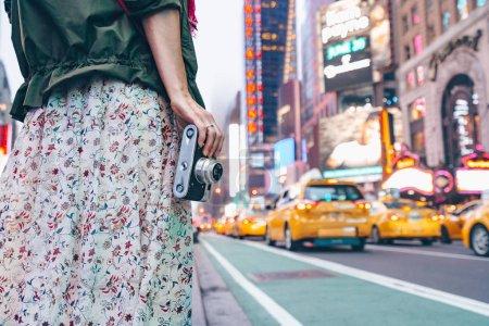 Photo pour Jeune fille avec une caméra rétro à Manhattan à New York - image libre de droit