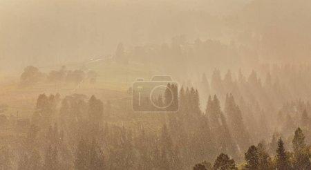 Photo pour Nuages de pluie sur le sommet de la montagne. paysage naturel . - image libre de droit