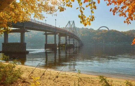 Photo pour Pont piétonnier sur le fleuve Dniepr, paysage automnal, Kiev, Ukraine - image libre de droit