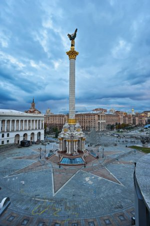 Photo pour Vue de la Maydan Nezalezhnosti. Place de l'indépendance dans la capitale de l'Ukraine - Kiev - image libre de droit