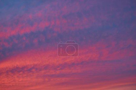 Photo pour Ciel en soirée, coucher de soleil fond de ciel, fantastique fond de la nature, lever du soleil éclatant dramatique, crépuscule nuageux en été, beau nuage de couleurs, ciel crépusculaire au coucher du soleil, temps chaud, nature ton chaud . - image libre de droit