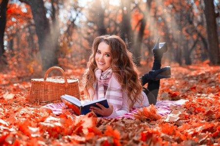 Photo pour Jeune fille dans la forêt d'automne - image libre de droit
