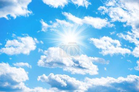Photo pour Soleil avec des rayons de soleil et des nuages sur le ciel bleu comme fond de la nature - image libre de droit