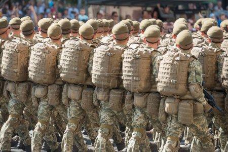 Photo pour Soldats de l'armée en tenue de camouflage marchant sur le défilé militaire - image libre de droit