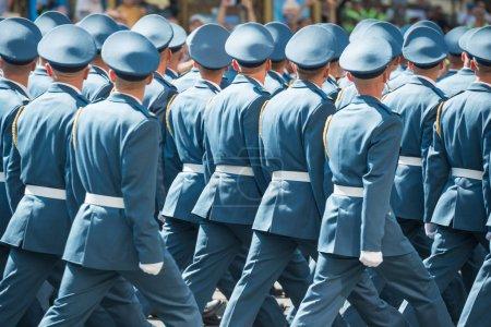 Photo pour Soldats de l'armée en uniforme bleu, marchant sur le défilé militaire - image libre de droit