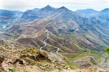 Photo pour Paysage naturel des Canaries avec chaîne de montagnes, collines verdoyantes et route sinueuse - image libre de droit