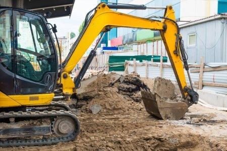 Photo pour Bulldozer sur le chantier de construction construction d'une route - image libre de droit
