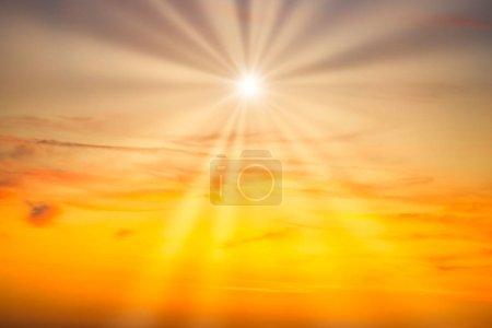 Photo pour Ciel couchant avec nuages rouges et rayons du soleil - image libre de droit