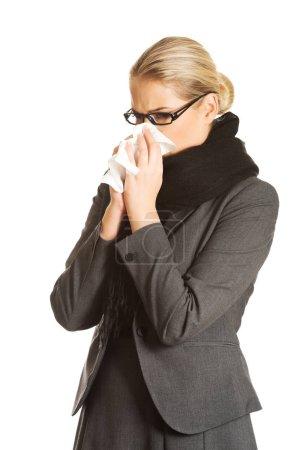 Foto de Hermosa mujer estornudos debido a la gripe - Imagen libre de derechos