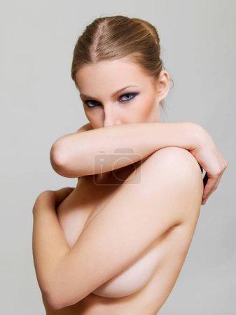 Photo pour Attrayant blonde topless femme avec des yeux sombres maquillage . - image libre de droit